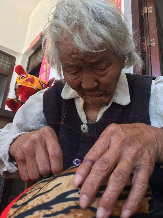 """网赚排行95岁励志婆婆做""""老虎枕""""卖 挣钱为让脑瘫外孙娶上媳妇"""