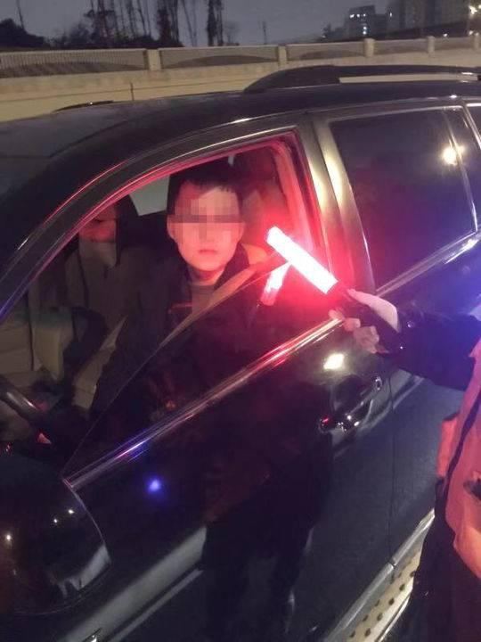 春节喝酒不开车!成都交警挡获多名醉驾司机 还是同一地点