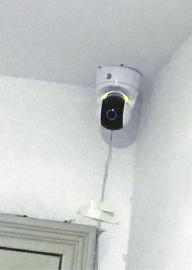 向阳花园B区A栋一低层住户家门前安装了摄像头。