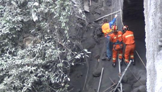 乐山一桥梁脚手架拆除中发生垮塌 3名工人获救