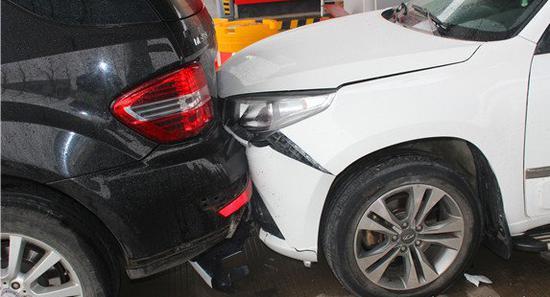 女司机油门当刹车连撞两车 已领驾照8年开车甚少
