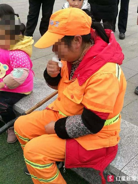 ↑环卫工人被打后伤心哭泣 丹棱警方供图