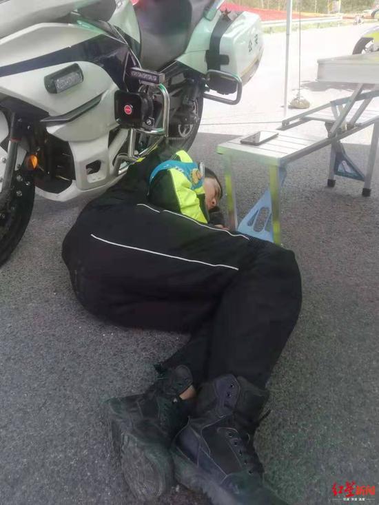 ↑钱泽鹏睡在地上