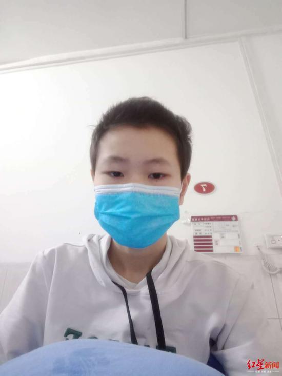 ↑鹏鹏在医院康复治疗