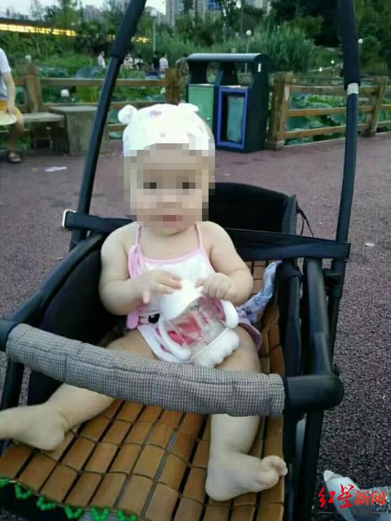 被砸中死亡的孩子