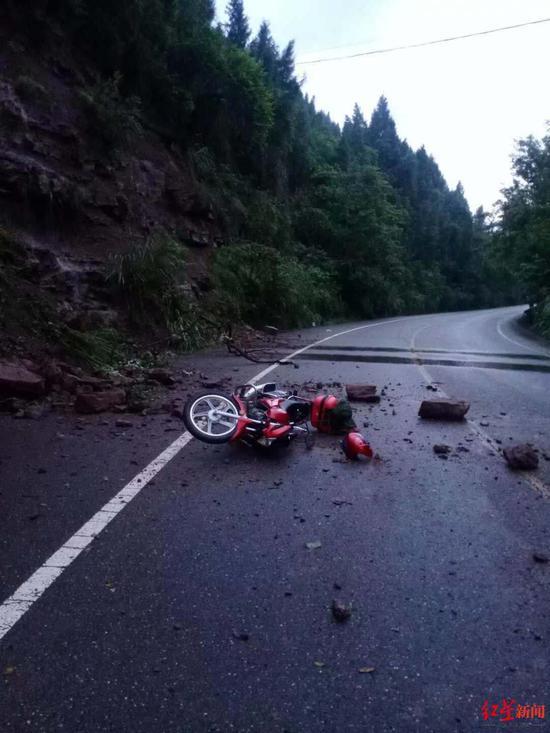 事发现场,路面落石导致车祸事故