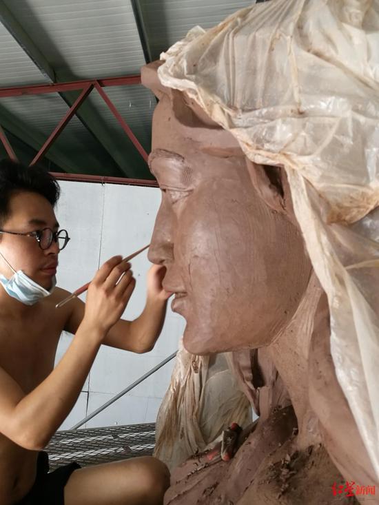 ↑魏建华在创作美人鱼雕塑