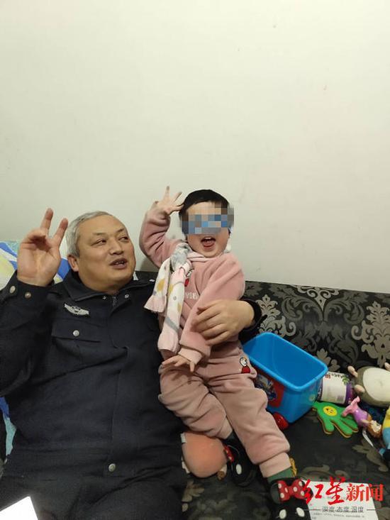 李立川和女儿茜茜在一起
