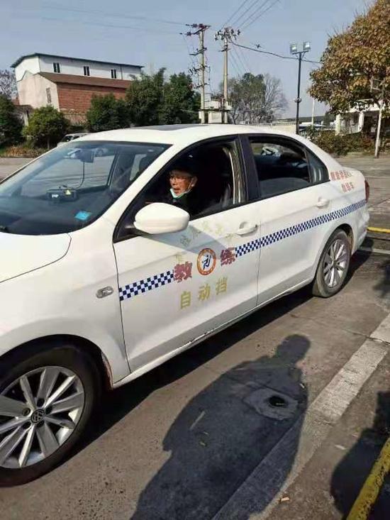 广安76岁老人学开车 有怎样的体验?
