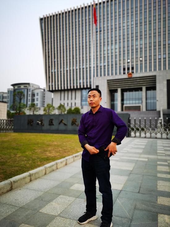 3月25日,被拐儿童申聪的父亲申军良在广州增城法院门口。 澎湃新闻记者 朱远祥 图