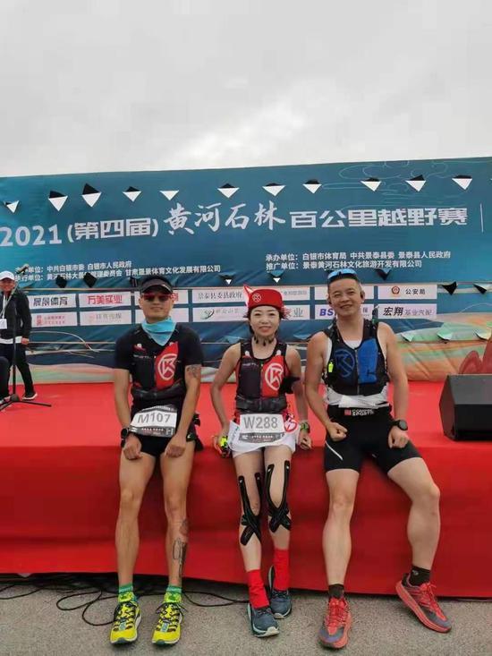 李梦琳和其他两位参赛的绵阳选手,图片由网友提供