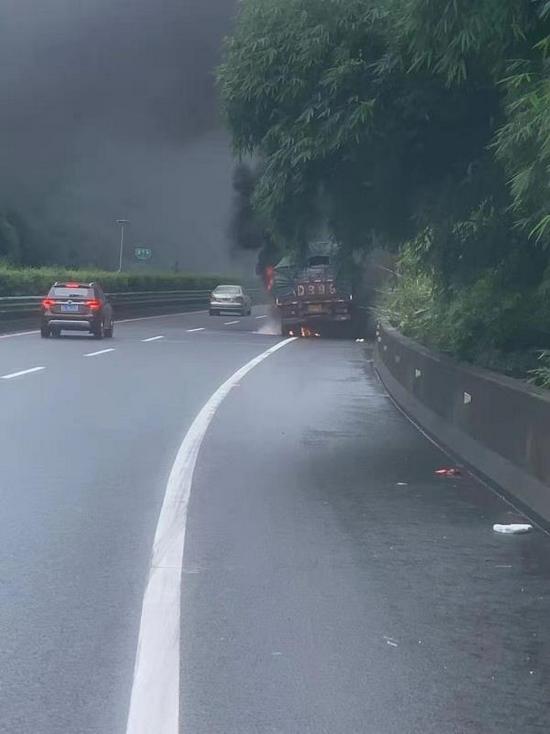 重型牵引车高速路上失火!原因竟然是它……