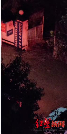 """当地居民拍摄视频称,拦江派出所被淹有""""腰杆那么深了"""""""