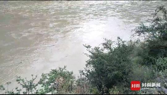 川A牌照车在阿坝坠河致3人失踪 救援队已前往搜救