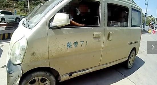 高速上男子开累了让朋友开 结果驾照被吊销了