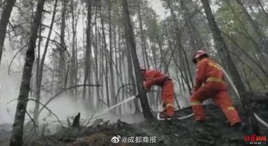 木里火场北线千名打火队员设置隔离带 南线百余消防员正扑火
