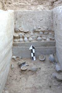 石棺葬中发掘的双耳罐。