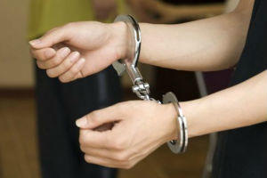 拿柴刀威胁辱骂办案民警 四川邻水一女子被刑拘