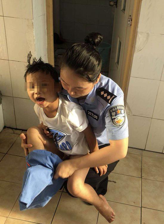 民警为小孩洗澡换衣。