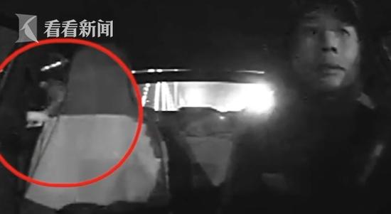 凌晨看风景?小伙打车上大桥 细心的哥拦腰抱住他