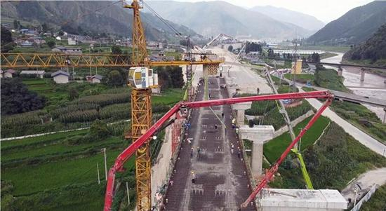 成昆复线建设新进展:喜德西站1号四线特大桥连续梁完成浇筑