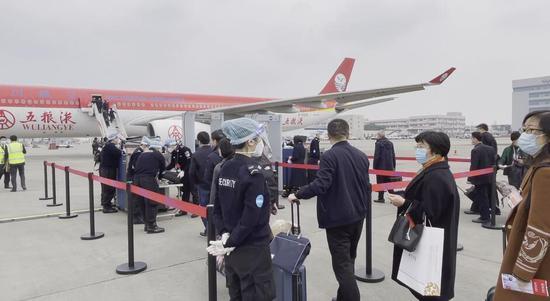 出席十三届全国人大四次会议的四川代表团代表陆续登机