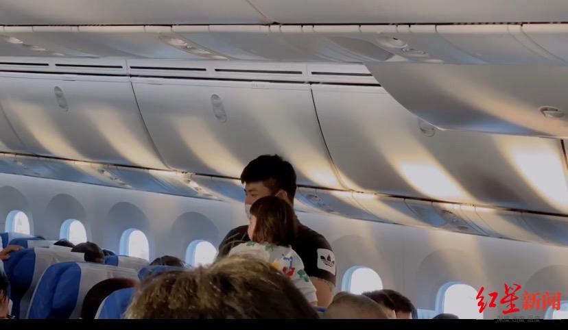 ↑在飞机上给大家发耳塞