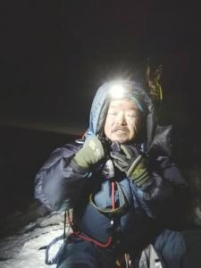 肖军成功登顶珠峰,由于是凌晨3点,周围漆黑一片。