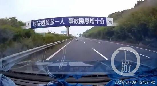 渝蓉高速快车道现电瓶车逆行 竟是76岁老人出门买抽水机迷路