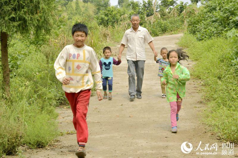 35年坚守 乡村教师为山区孩子撑起一片蓝天