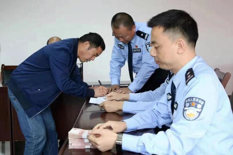 四川养殖户125头生猪遭人骗走 警方跨省抓嫌犯追回赃款