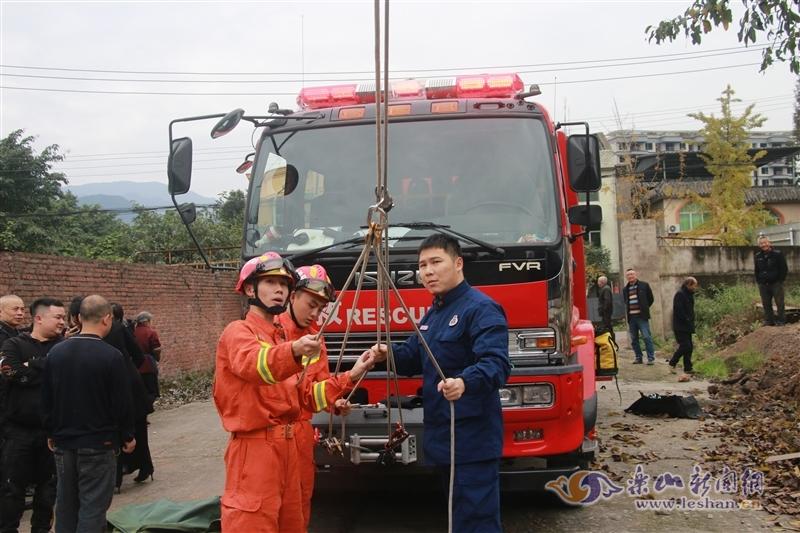 工人楼顶施工摔断腿被困 乐山消防紧急救援