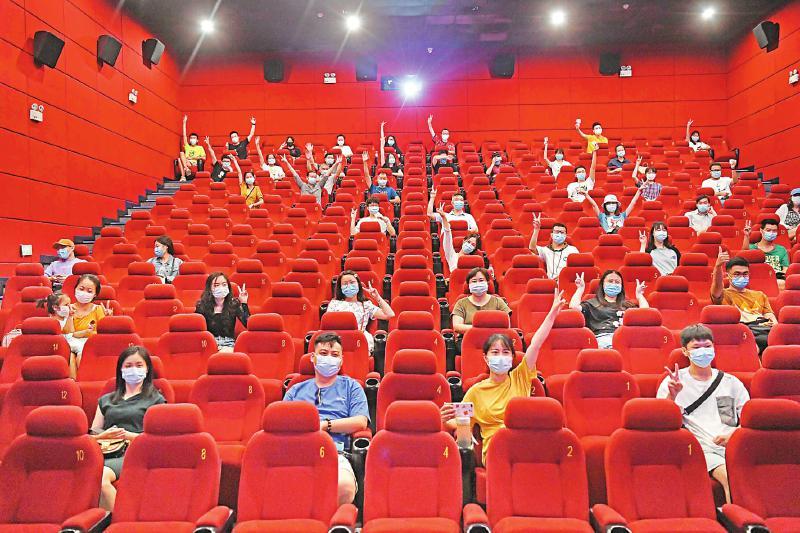 7月20日,峨影1958电影城复工后的首场电影。本报记者肖雨杨 摄