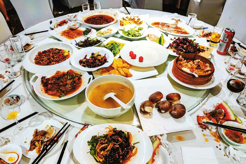在成都市二环路西段的一家酒店宴会厅,宴会举行完毕,多数客人离场后,每张餐桌上还有大量菜品剩余。本报记者杨树摄