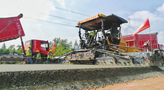 路面一共要铺装五层,目前铺的是垫层和底基层。