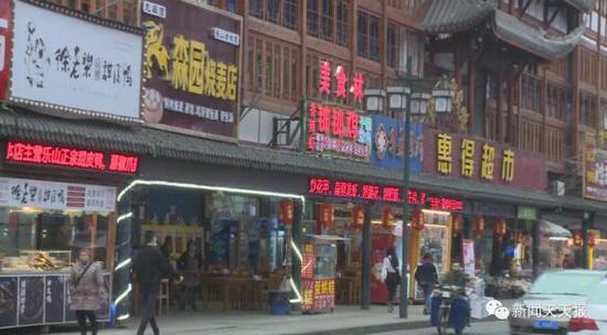 """乐山张公桥好吃街商家桌椅板凳老是""""失踪"""" 调取监控竟发现"""