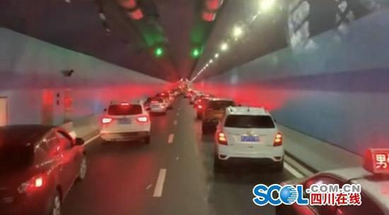 """时隔一月 遂宁观音湖隧道又现""""教科书式让道"""""""