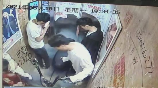 突发!电瓶车在电梯内爆燃 成都一小区多人受伤