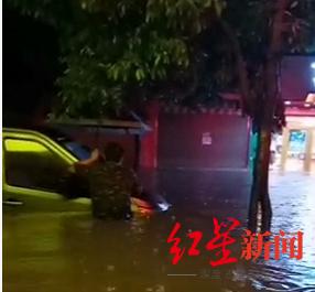 街道上已经有车泡在水中
