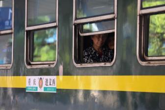 """绿皮""""慢火车""""穿行大凉山:助彝区民众联通世界"""