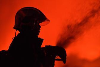 """消防员""""头盔挡刀""""救6岁男童 提前晋升一级消防士"""