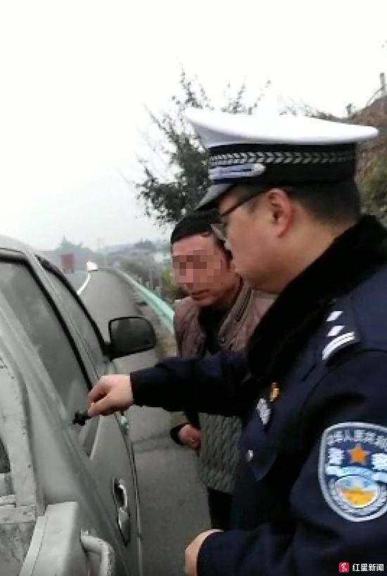 ▲民警帮忙破窗开锁,视频截图
