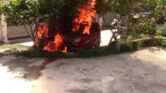 """乐山车主飞线三十余米充电 电瓶车被烧成""""光架架"""""""