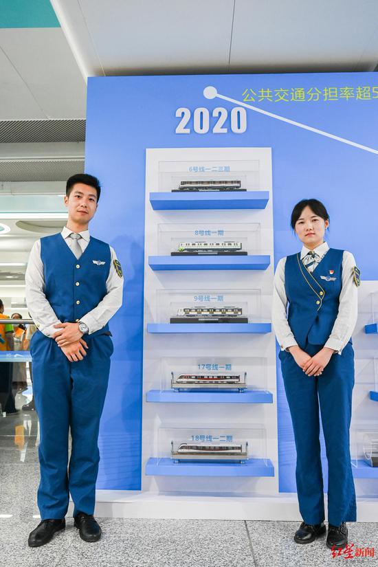 ↑成都地铁18号线首发车司机何方剑、蒋南柯(从左至右)