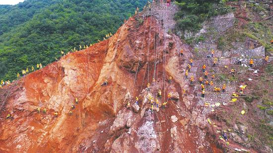 宝成线抢险持续到第6天 百米悬崖下蜘蛛人战危石