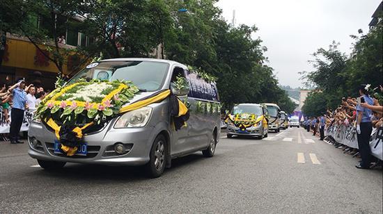 载有两位警员遗体的灵车驶向殡仪馆。澎湃新闻记者 王鑫 图