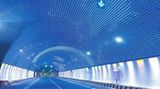 米仓山隧道内的景观布设。 陈风摄