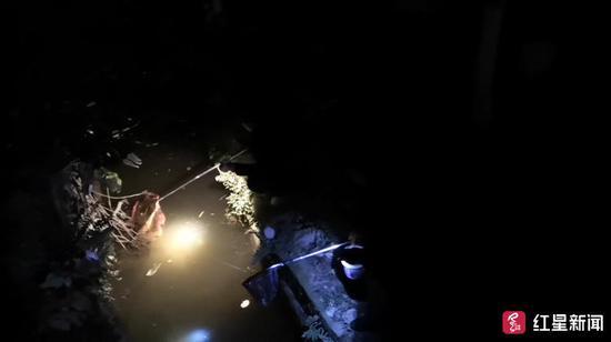 △崔先生拍下的网鱼现场