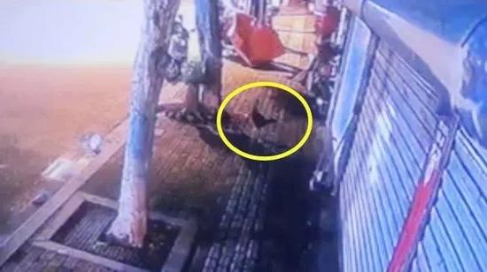 """监控视频画面。图片来源:""""诸暨警方""""微信公号"""