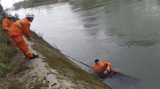 七旬老人不慎落入湍急河流 羽绒服救了他一命